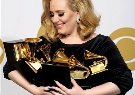 Adele ödüle doymuyor!