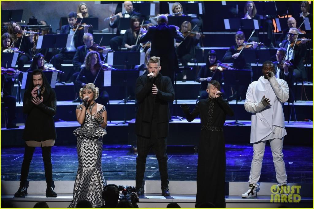 """""""Star Wars""""ın tema şarkısını seslendiren Pentatonix grubu törende sahne aldı."""